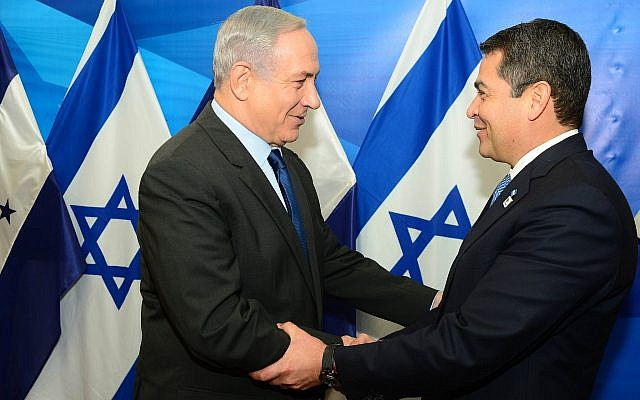 File: Prime Minister Benjamin Netanyahu, left, meets with Honduran President Juan Orlando Hernandez in Jerusalem on October 29, 2015. (Kobi Gideon/GPO)