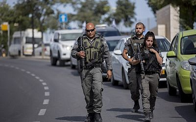 File: Security forces at the scene of a stabbing attack in the Armon Hanatziv neighborhood in Jerusalem on May 10, 2016 (Yonatan Sindel/Flash90)