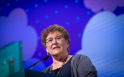 Israel Prize winner Miriam Peretz speaks at the Jewish federation's annual General Assembly in Tel Aviv, on October 23, 2018. (Miriam Alster/ FLASH90)