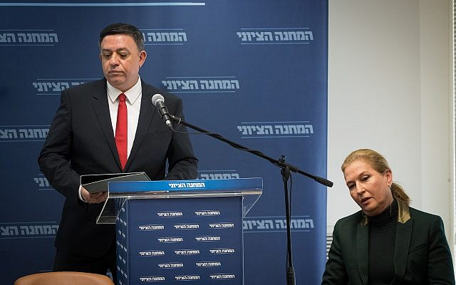 Zionist Union chairman Avi Gabbay (L) announces the shock break up of the Zionist Union as his erstwhile partner, head of opposition Tzipi Livni, looks on, during a party faction meeting in the Knesset on January 1, 2019. (Yonatan Sindel/Flash90)
