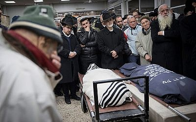 Mourners at the funeral of Yehuda and Tamar Kaduri, at the Har Hamenuchot cemetery in Jerusalem on January 14, 2019. (Noam Revkin Fenton/Flash90)