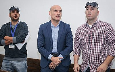 Israel Bar Association former chairman Efi Nave (center) at a Tel Aviv court on January 16, 2019 (Koko/Pool/Flash90)