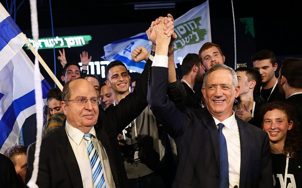 Benny Gantz (R) and Moshe Ya'alon (L) at a campaign event for the Israel Resilience party in Tel Aviv on January 29, 2019. (Hadas Parush/Flash90)