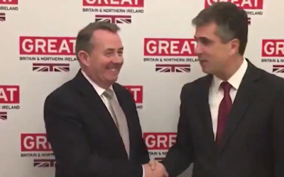 Minister of the Economy Eli Cohen (R) with UK International Development Secretary Liam Fox in Davos Switzerland on January 23, 2019 (Screencapture/Twitter)