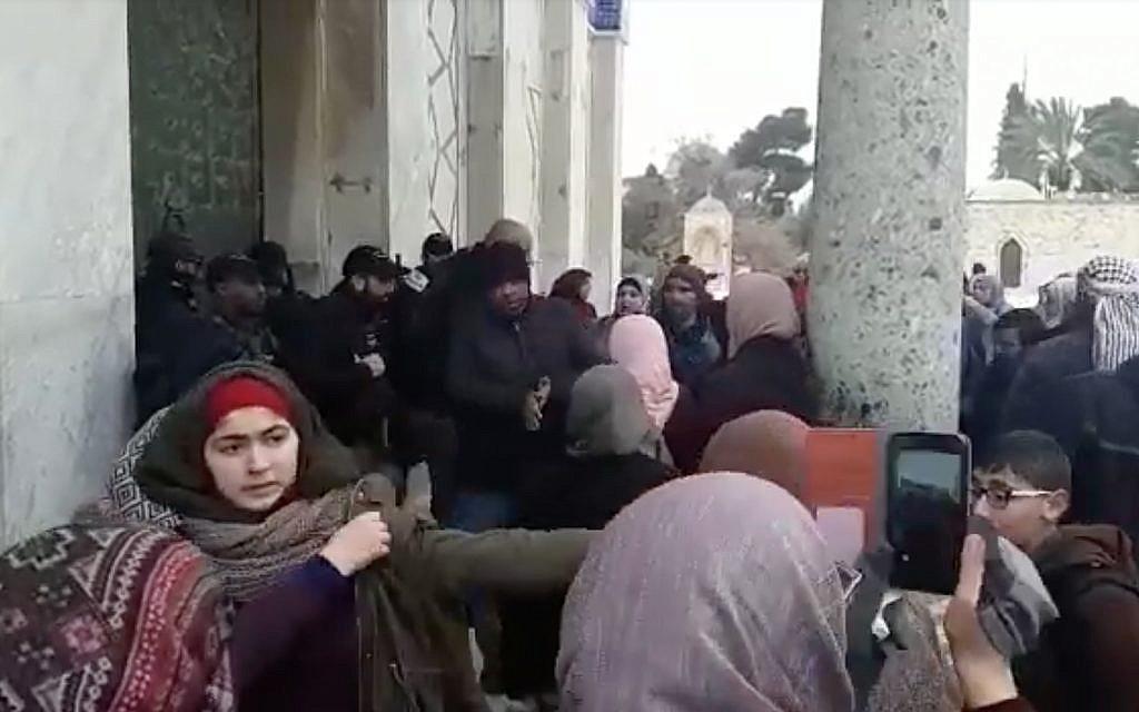Palestinians, Israeli police scuffle on Temple Mount