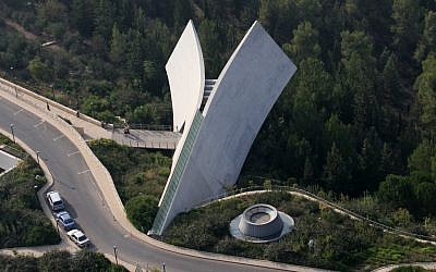 A birds eye view of the new Historical Museum at Yad Vashem. Yad Vashem is Israel's official memorial to the victims of the Holocaust. October 7 2007. Photo by Yossi Zamir/Flash90. *** Local Caption *** îåæéàåï éã åùí öéìåí àåéø àåéøé éøåùìéí