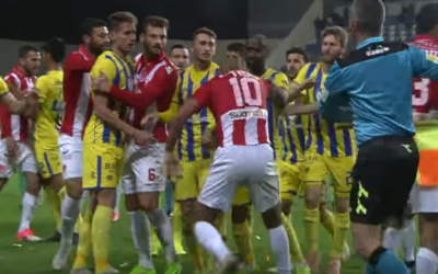 Hapoel Tel Aviv players (in red) and Maccabi Tel Aviv players in a scuffle during a game on January 14, 2019 (screenshot)