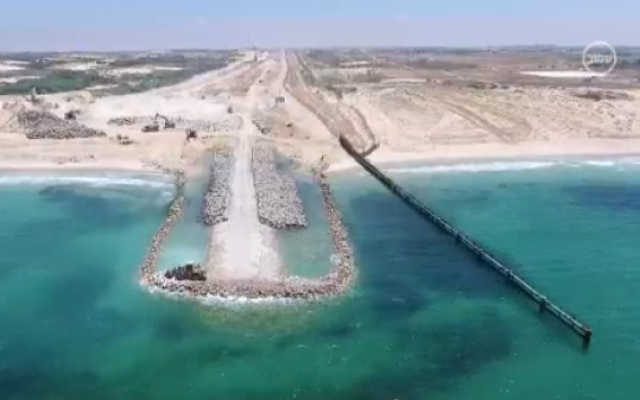 The new beach barrier between Israel and Gaza, December 31, 2018. (Channel 10 screen capture)