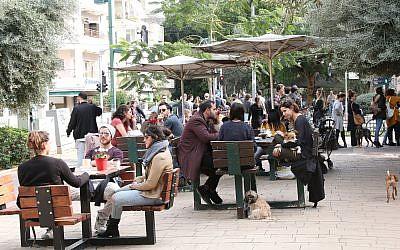Crowds at a cafe on Ben Gurion Boulevard in Tel Aviv. (Shmuel Bar-Am)