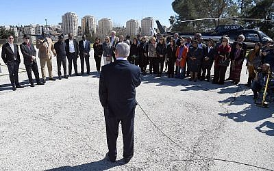 PM Netanyahu speaking to visiting UN ambassadors outside his Jerusalem office, February 3, 2019 (Haim Tzach/GPO)