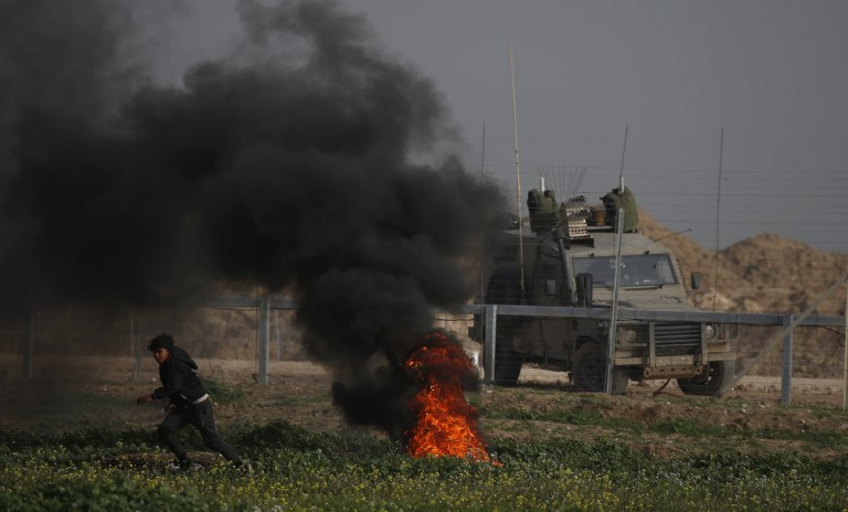 9fbf3918 Border policeman lightly hurt by explosive as thousands riot on Gaza ...