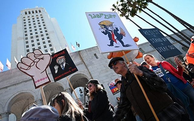 People protest against US President Donald Trump's National Emergency declaration, February 18, 2019, outside City Hall in Los Angeles, California (Robyn Beck / AFP)