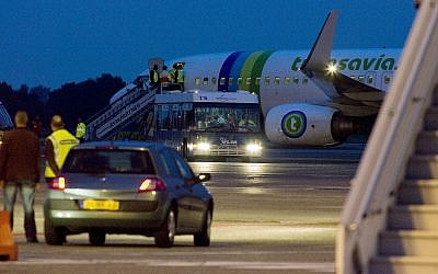 Passengers leave a Transavia plane at Rotterdam Airport, Netherlands, Aug. 26, 2008 (AP Photo/Rob Keeris)