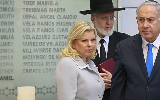 Rabbi Gabriel Davidovich, center, pictured with Prime Minister Benjamin Netanyahu, right, and Sara Netanyahu at the AMIA Jewish community center in Buenos Aires, Argentina, Monday, Sept. 11, 2017. (AP/Israeli Government Press Office)