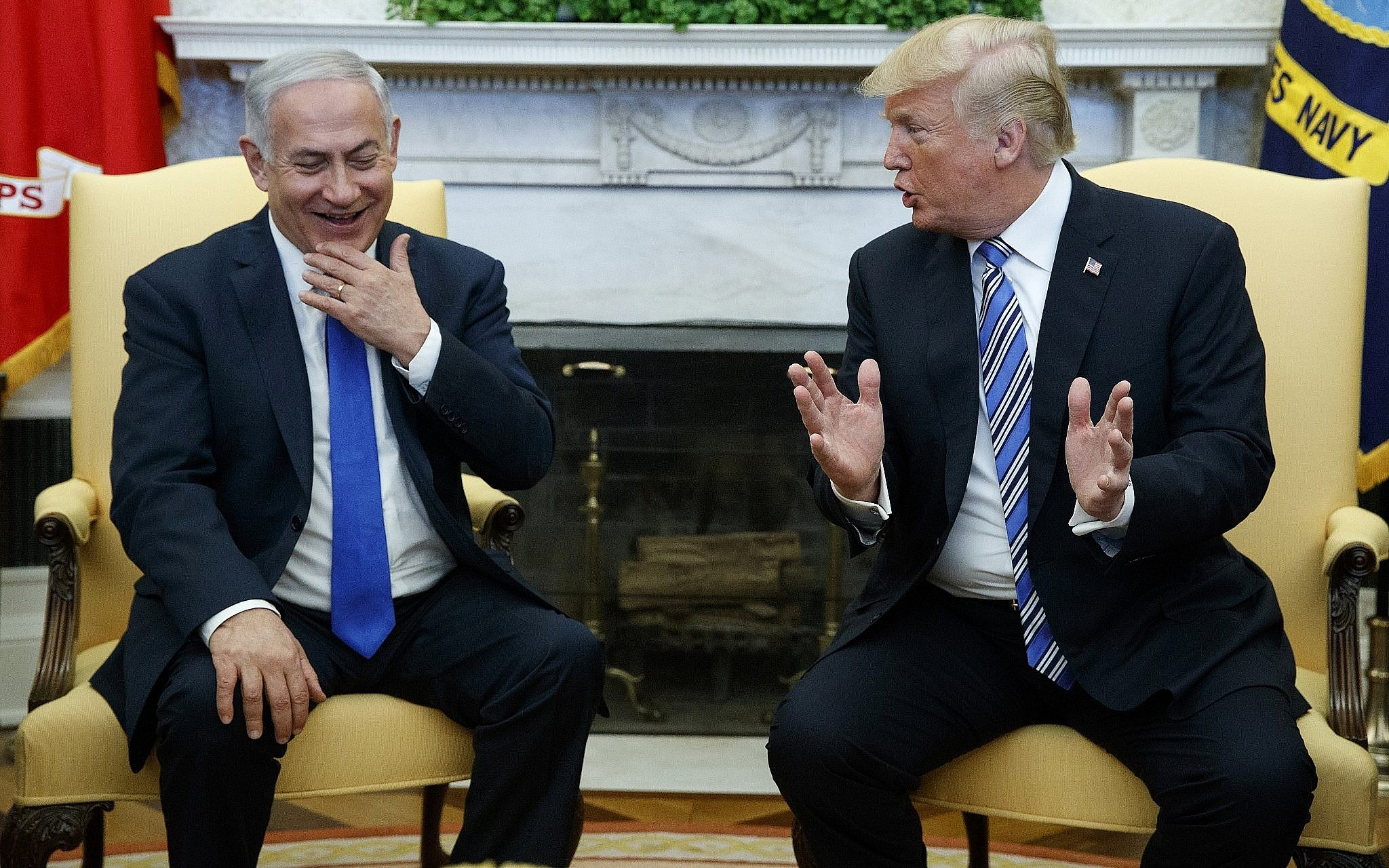 65d41a66e2 US President Donald Trump (R) meets with Prime Minister Benjamin Netanyahu  in the Oval