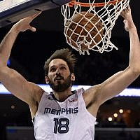 Memphis Grizzlies forward Omri Casspi dunks during the second half of the team's NBA basketball game against the Sacramento Kings on on January 25, 2019, in Memphis, Tennessee. (AP Photo/Brandon Dill)