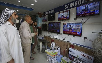 Pakistanis watch news bulletins on television in Karachi, Pakistan, February 27, 2019. (Fareed Khan/AP)