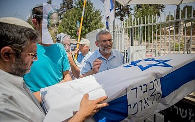 Otzma Yehudit candidates Itamar Ben Gvir, left, and Michael Ben-Ari, right, carry a mock coffin with a man wearing a Benjamin Netanyahu face mask during a protest in Jerusalem on July 27, 2017. (Yonatan Sindel/Flash90)