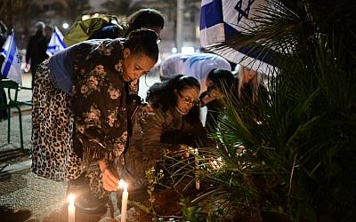 Israelis light candles in memory of 19-year-old Ori Ansbacher, in Rabin Square, Tel Aviv, on February 9, 2019.  (Tomer Neuberg/Flash90)