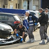 Police inspect the scene where a man was shot and killed in Holon, on February 14, 2019. (Flash90)