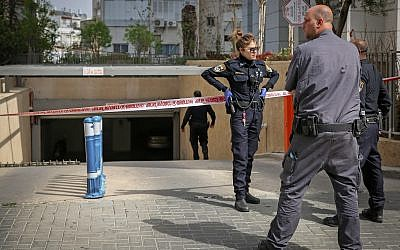 Police at the scene of a suspected gang hit in Ramat Gan, on February 26, 2019. (Flash90)