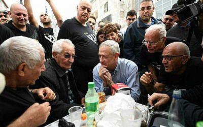 Israel Resilience party leader Benny Gantz, center, meets with residents of the Kochav Hatsafon neighborhood in Tel Aviv, February 1, 2019. (Sraya Diamant/Israel Resilience)
