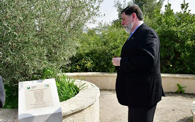Pittsburgh Mayor Bill Peduo visits a memorial plague in Jerusalem for the victims of the Tree of Life synagogue shooting on February 24, 2019. (Rafi Ben Hakun/KKL-JNF)