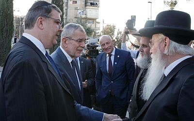 Oskar Deutsch, left, with Austrian President Alexander van der Bellen, meeting Jews in Jerusalem, February 2019. (HBF/Peter Lechner)