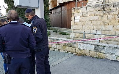 Police officers respond to a stabbing in Jerusalem's Gilo neighborhood on February 17, 2019. (Israel Police)