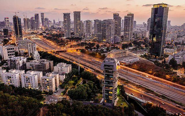 Aerial view of the Ayalon highway running between Tel Aviv and Ramat Gan, September 10, 2018. (Matanya Tausig/FLASH90)