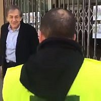 French Jewish philosopher Alain Finkielkraut is targeted by yellow vest protesters shouting anti-Semitic slogans, Paris, February 16, 2019 (Screen grab via Yahoo)