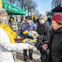 A member of the Reform party (L) hands over leaflets on March 2, 2019 in Tallinn, on the eve of Estonia's general elections. (Raigo Pajula / AFP)