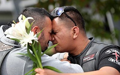 Residents pay their respect at Hagley College for the victims of the mosques attacks in Christchurch on March 16, 2019. (MICHAEL BRADLEY / AFP)