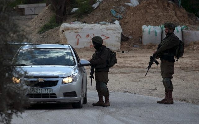 Israeli security forces search cars near the Palestinian village of Jamain, in the West Bank on March 17, 2019, following an attack that killed an Israeli and wounded two others. (JAAFAR ASHTIYEH / AFP)