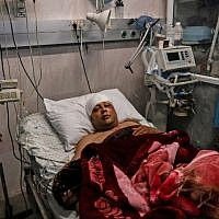 Atef Abu Seif, spokesman for Fatah in Gaza and a member of its central committee, lies in a hospital bed in Gaza City on March 19, 2019. Abu Seif was badly beaten up in the Gaza Strip, with Fatah accusing the strip's Islamist rulers Hamas of responsibility. (MAHMUD HAMS / AFP)