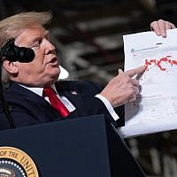 US President Donald Trump holds up a map detailing territory losses by the Islamic State in Syria as he speaks following a tour of the Lima Army Tank Plant at Joint Systems Manufacturing in Lima, Ohio, March 20, 2019. (SAUL LOEB / AFP)