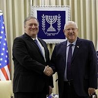 US Secretary of State Mike Pompeo (L) and President Reuven Rivlin shake hands during their meeting in Jerusalem on March 21, 2019. (JIM YOUNG / POOL / AFP)