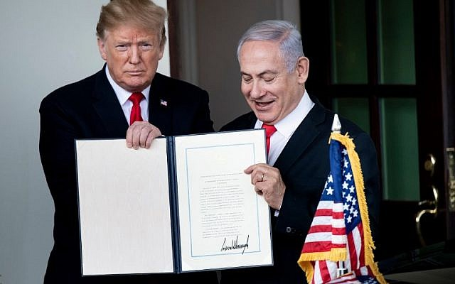 US President Donald Trump (L) and Prime Minister Benjamin Netanyahu hold up a Golan Heights proclamation outside the West Wing after a meeting in the White House March 25, 2019 in Washington, DC. (Brendan Smialowski / AFP)