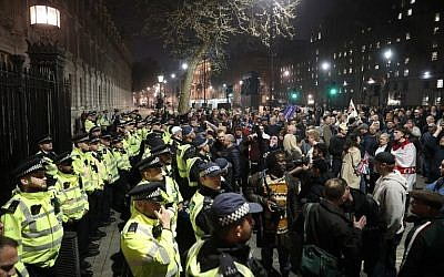 Pro-Brexit supporters (R) face police officers (L) securing the gates of Downing Street in central London on March 29, 2019. (Daniel Leal-Olivas/AFP)