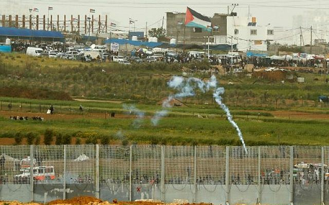Israeli troop firing a tear gas cannister at Gazan protesters during border demonstrations on March 30, 2019 near kibbutz Nahal Oz. (Jack GUEZ / AFP)
