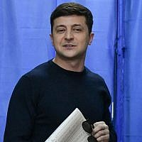 Ukrainian presidential candidate Volodymyr Zelensky holds his ballot at a polling station during Ukraine's presidential election in Kiev on March 31, 2019. (Genya Savilov/AFP)
