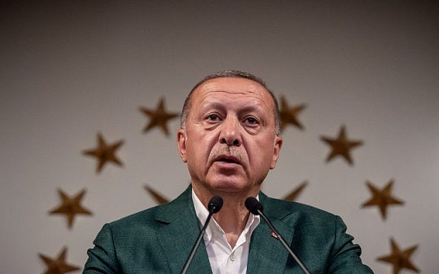 Turkish President Tayyip Erdogan delivers a speech on the stage of the conference room at Huber Mansion in Istanbul, on March 31, 2019. (BULENT KILIC / AFP)