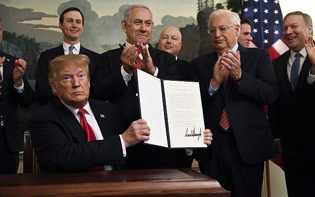 O presidente dos EUA, Donald Trump, sustenta uma proclamação assinada reconhecendo a soberania de Israel sobre as Colinas de Golã, enquanto o primeiro-ministro Benjamin Netanyahu observa na sala de recepção diplomática da Casa Branca em Washington, em 25 de março de 2019 (Foto: AP / Susan Walsh)