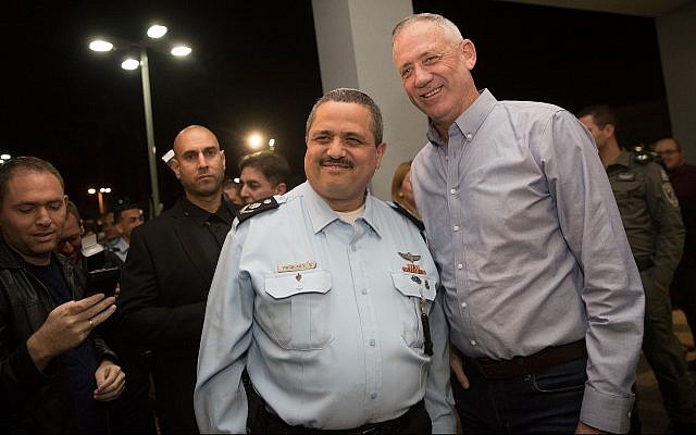 Then Israel Police commissioner Roni Alsheich (L) poses for a picture with former IDF chief of staff Benny Gantz (R) at a ceremony marking Alsheich's retirement, in Beit Shemesh on November 29, 2018. (Yonatan Sindel/Flash90)