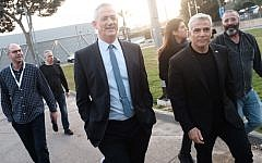 Benny Gantz (C) and Yair Lapid (R), leaders of the Blue and White political alliance, arrive to hold a press conference in Tel Aviv on March 21, 2019. (Tomer Neuberg/Flash90)
