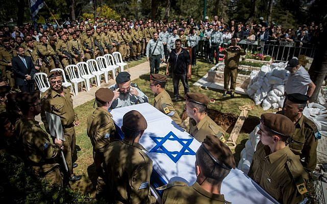Israeli soldiers carry the coffin of American lone soldier Alex Sasaki, during his funeral at the Mount Herzl Military Cemetery in Jerusalem, on March 28, 2019. (Yonatan Sindel/Flash90)