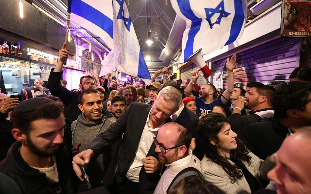 Blue and White party leader Benny Gantz visits Jerusalem's Mahane Yehuda market on March 28, 2019. (Sharia Diamnet)