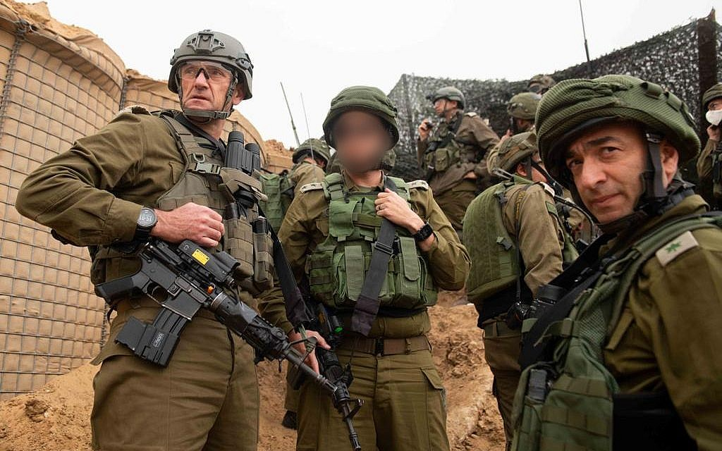 Commanding Officer of the Southern Command, Maj. Gen. Herzi Halevi (L), the Commanding Officer of the Gaza Division, Brig. Gen. Eliezer Toledano (R) and additional commanders touring the Gaza border on March 30, 2019. (IDF)