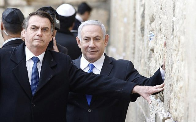Brazilian President Jair Bolsonaro (L) and Prime Minister Benjamin Netanyahu touch the Western Wall, the holiest site where Jews can pray, in the Old City of  Jerusalem on April 1, 2019 (Menahem KAHANA / POOL / AFP)