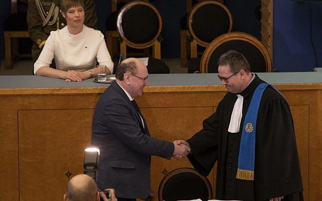 Estonian President Kersti Kaljulaid (top L) looks on as Mart Helme (C), chairman of the far-right Estonian ERKE party, takes the oath during the Estonian parliament Riigikogu's first opening sitting after elections on April 4, 2019 in Tallinn.  (Raigo PAJULA / AFP)
